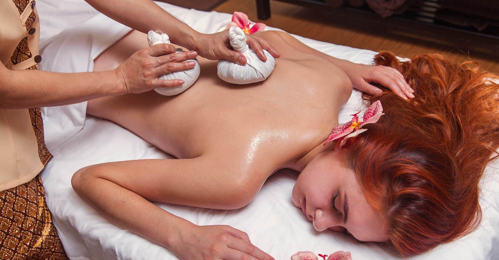 <p>During Pahop massage your body is deeply and gently affected by the warmth of the herbal compresses</p>